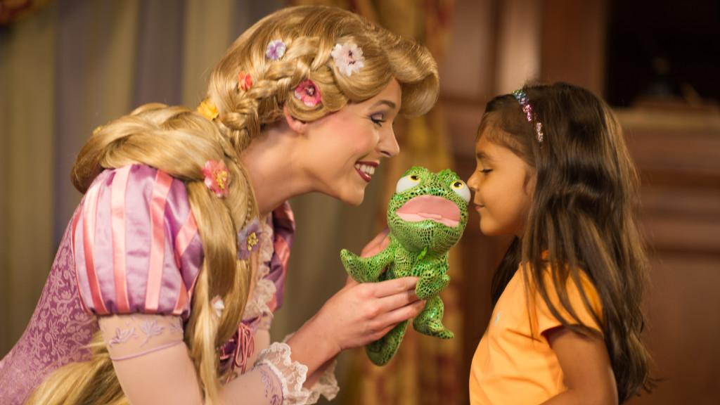 character-meet-rapunzel-fairytale-hall-01